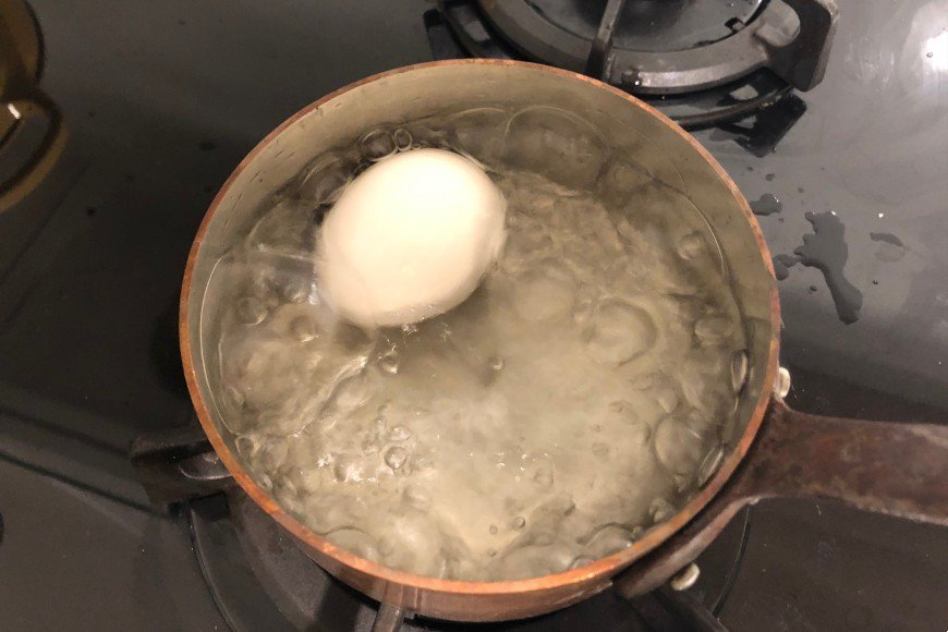 生蛋以滾水煮10分鐘至全熟,成為水煮蛋 圖/郭宏軒 攝影
