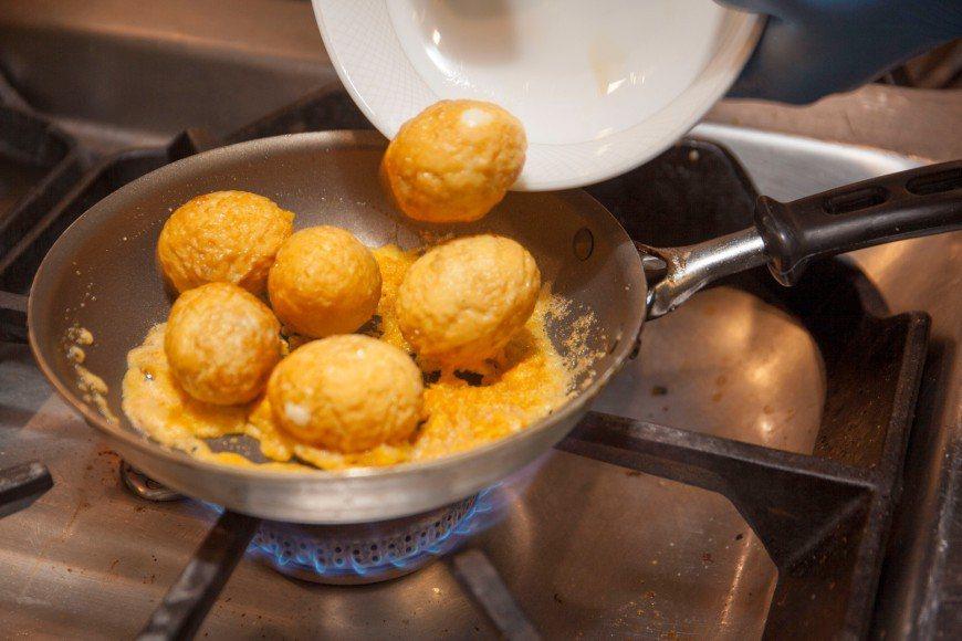鍋內放入作法2 炸蛋, 翻炒直到金沙(鹹蛋黃)均勻覆蓋 圖/郭宏軒 攝影