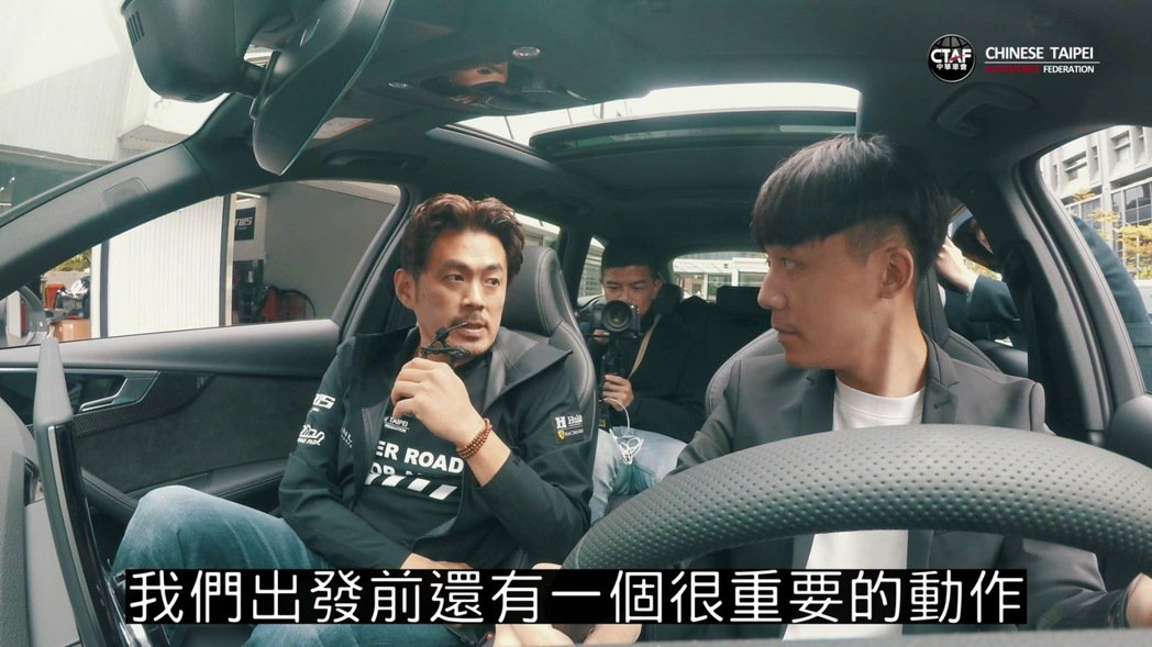 中華車會安駕影片,利曼賽車手陳漢承(左)於車內講解各種路況應變方式。 圖/中華車...
