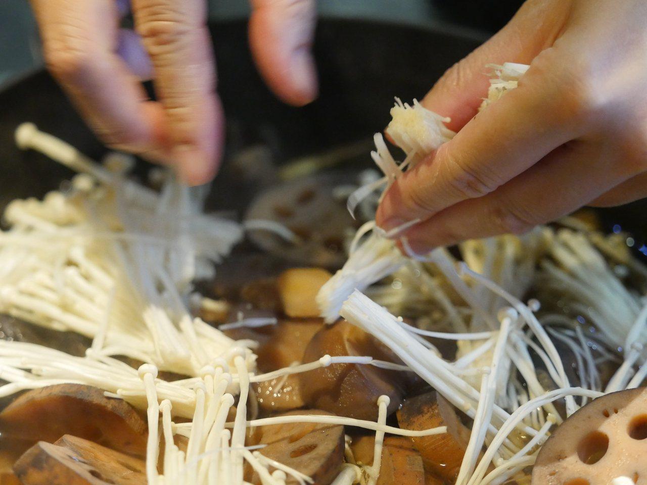 金針菇,去除根部切兩段 圖/維摩舍文教事業有限公司