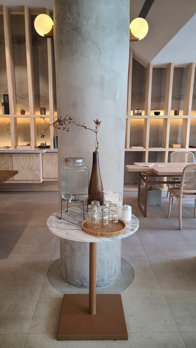 由張孝維團隊規畫的「抱一茶屋」,在高美館重新開幕後已成為近期熱門打卡點。圖/梁旅...