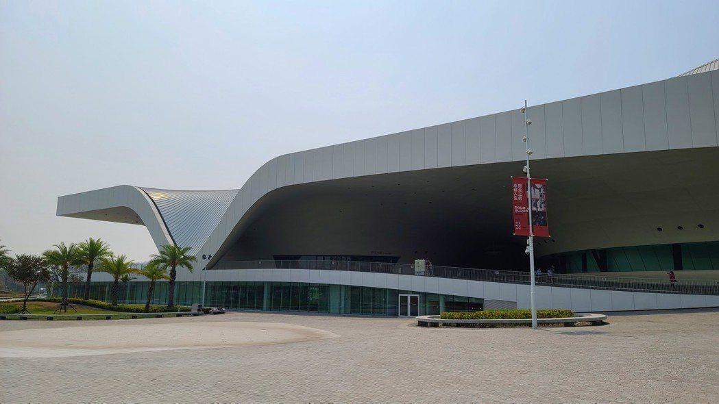 由廢棄軍營用地活化再利用的衛武營藝術文化中心,是全球最大單一屋頂劇院。圖/梁旅珠...