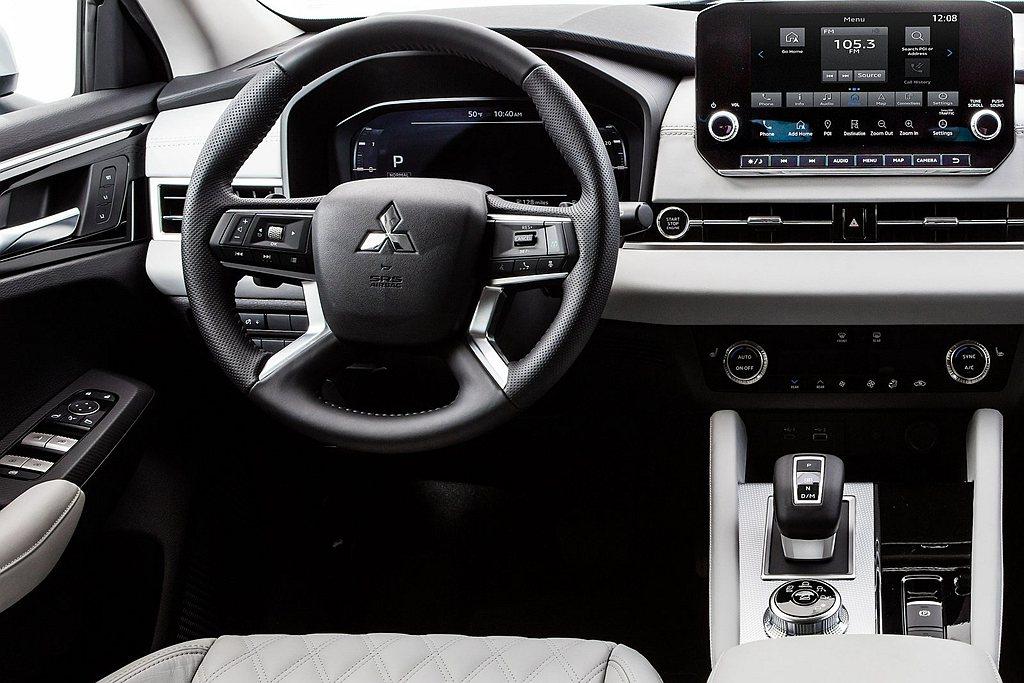 其他高階車型的差異在於12.3吋數位儀表、BOSE音響系統、全景天窗、皮革座椅、...