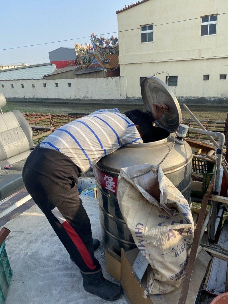 限水停水期,不少民眾反而利用機會雇工清洗水塔。記者簡慧珍/攝影