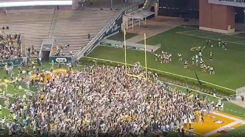 貝勒大支持衝進足球場面相當驚人。 擷圖自畫面