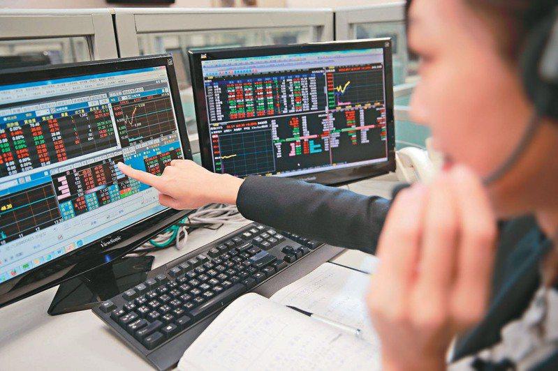 有投資經驗的網友認為,若沒有時間盯盤,可以選擇相較穩定的ETF、或者是找理財專員協助操盤。 本報資料照片