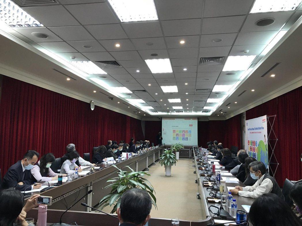 臺銀各處主管討論今年撰寫永續報告書的重大議題。領導力企業管理顧問/提供。