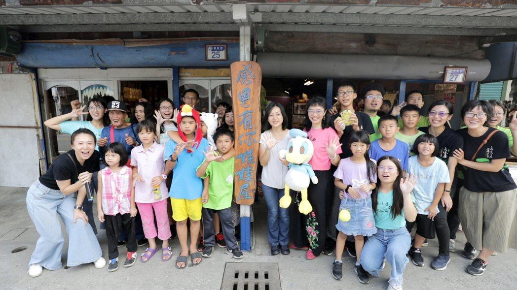 五味屋的二手娃娃屋由孩子們從設計發想到拆屋重建全部自己動手。 信義房屋/提供