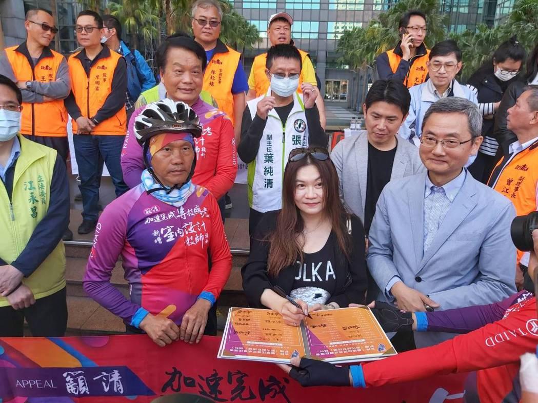 東南科大室內設計系主任劉懿瑾簽署。 詹豊彰/攝影