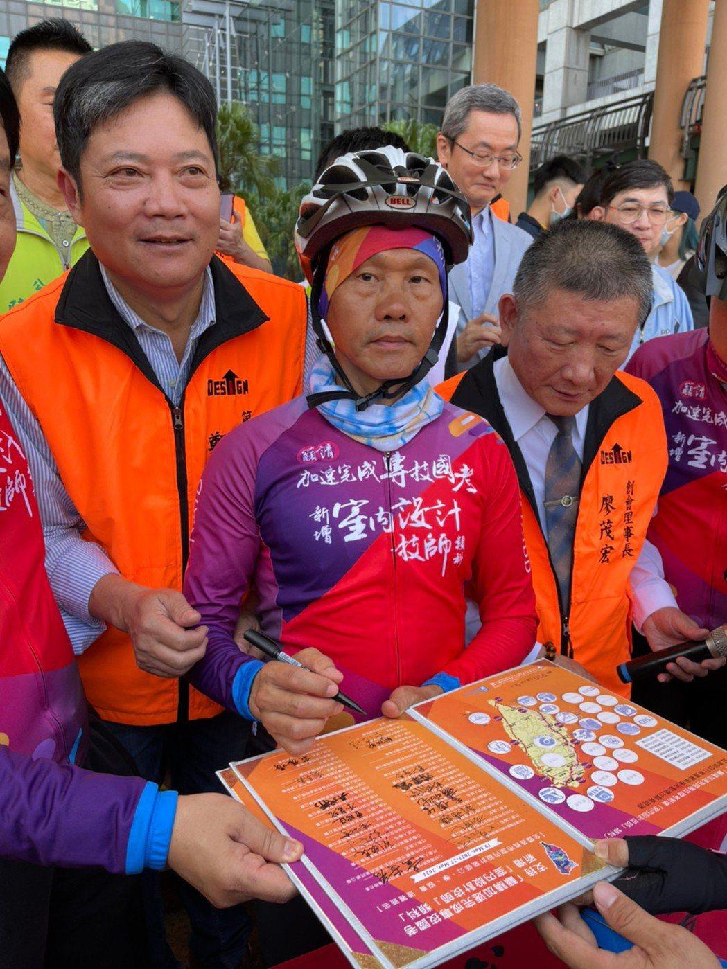 新北市理事長吳戊榮簽署。 新北市室裝公會/提供