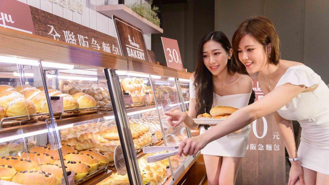全聯「店中麵包店」吸引顧客上門,花小錢便能買到現烤麵包。 圖/全聯提供