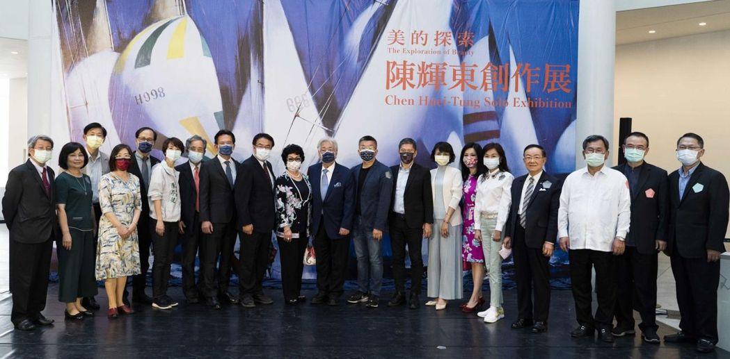 藝術家陳輝東(右十)與貴賓合影。  南美館/提供