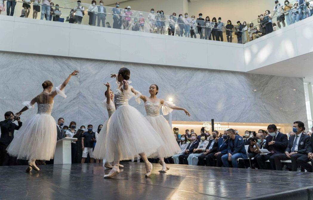 南應大舞蹈系學生復刻〈舞蹈〉畫作的開場表演。  南美館/提供