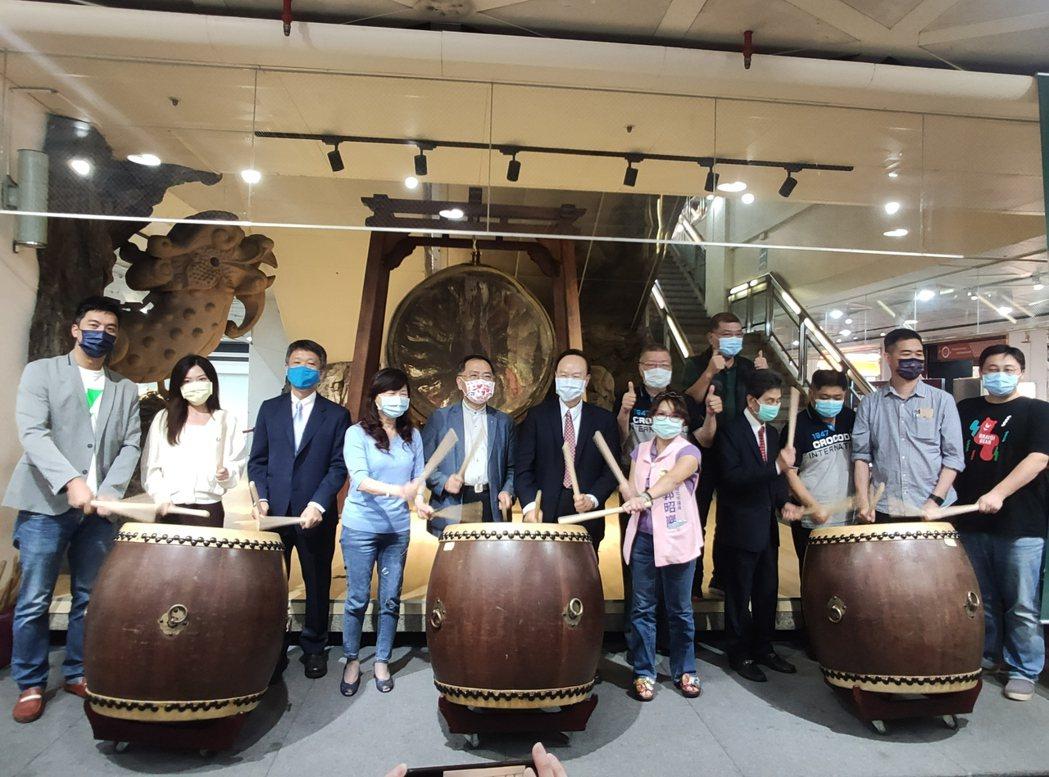 艾斯移動創辦人曾冠智(左起)、台北市議員吳沛憶、台北市商圈產業聯合會理事長洪文和...
