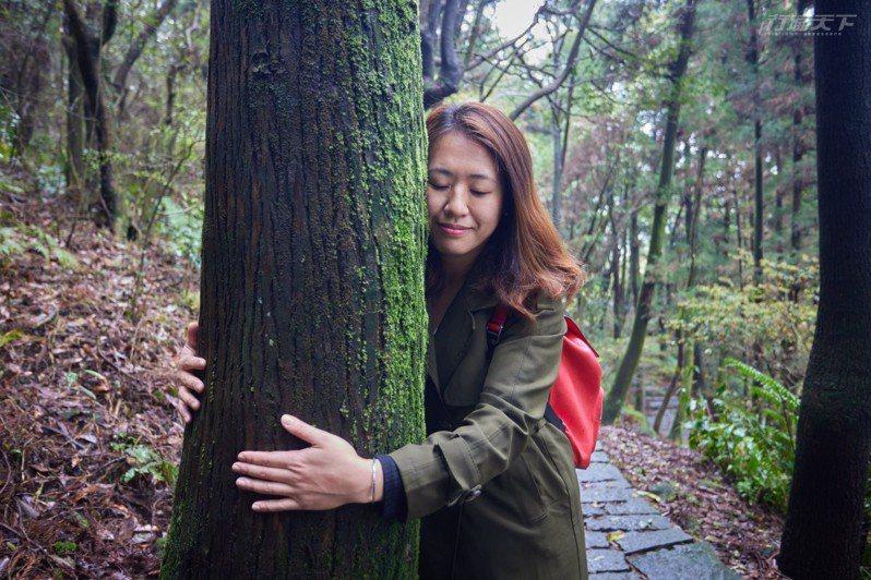 觸摸樹木感受春天復甦的能量。