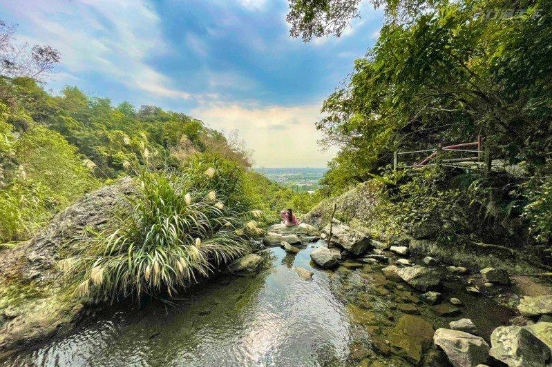 近期宜蘭熱門的景點是猴洞坑瀑布,能夠遠眺蘭陽平原。