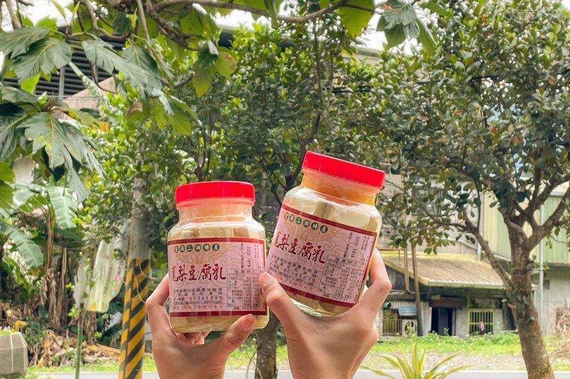 二湖鳳梨館自製的鳳梨豆腐乳,4個月後就能開吃。