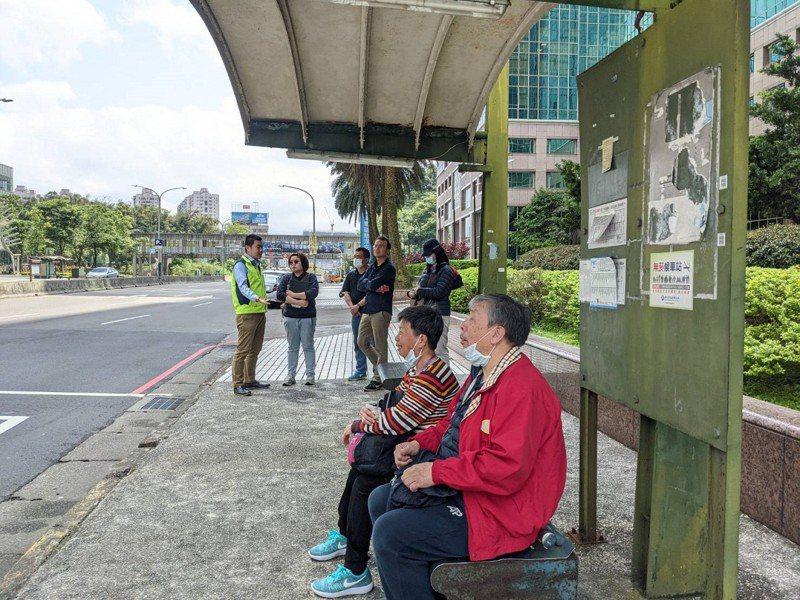汐止東方科學園區的公車候車亭生鏽老舊漏水,市議員張錦豪爭取更新,也要求加裝公車智慧看板。 圖/觀天下有線電視提供