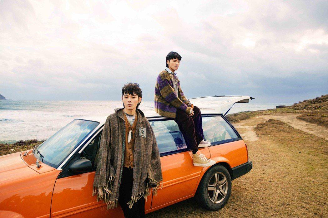 展榮(右)、展瑞南下墾丁拍攝「夏夜晚風」MV。圖/華納音樂提供
