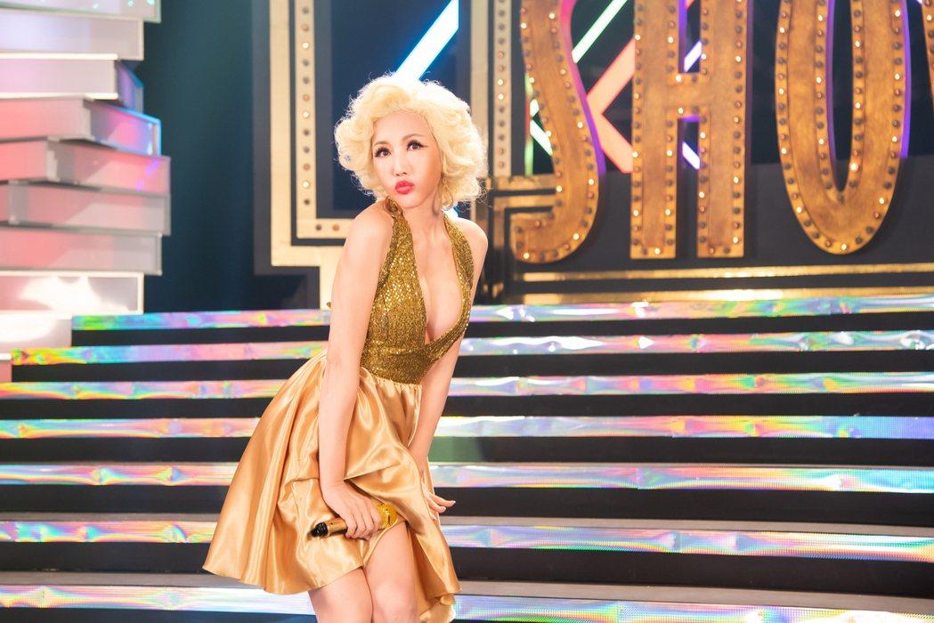 嬛嬛在新歌「癡心跳曼波」MV向瑪麗蓮夢露致敬。圖/音圓唱片提供