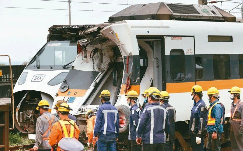 昨天是太魯閣號事故第四天,工程人員將卡在隧道的第五節車廂(前)拖出,等待運安會調...