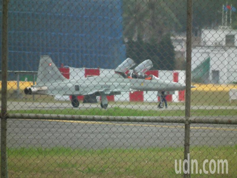 今天早上8點鐘,志航基地多架F-5F雙座機,分批次滑行跑道後,進行復飛測試,由資深飛官駕駛執行。記者尤聰光/攝影
