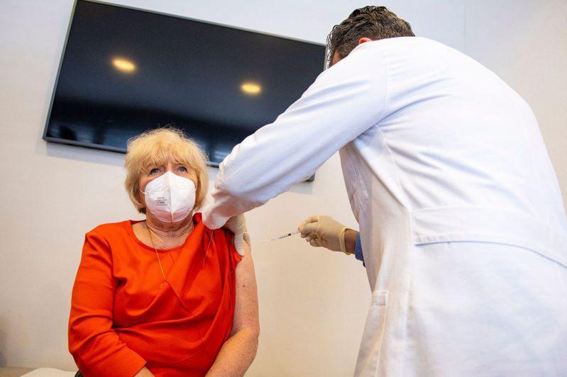 歐盟加快新冠疫苗接種腳步,德國、義大利等國的疫苗施打速度都提高近一倍。圖為一名德國婦人接種AZ疫苗。法新社