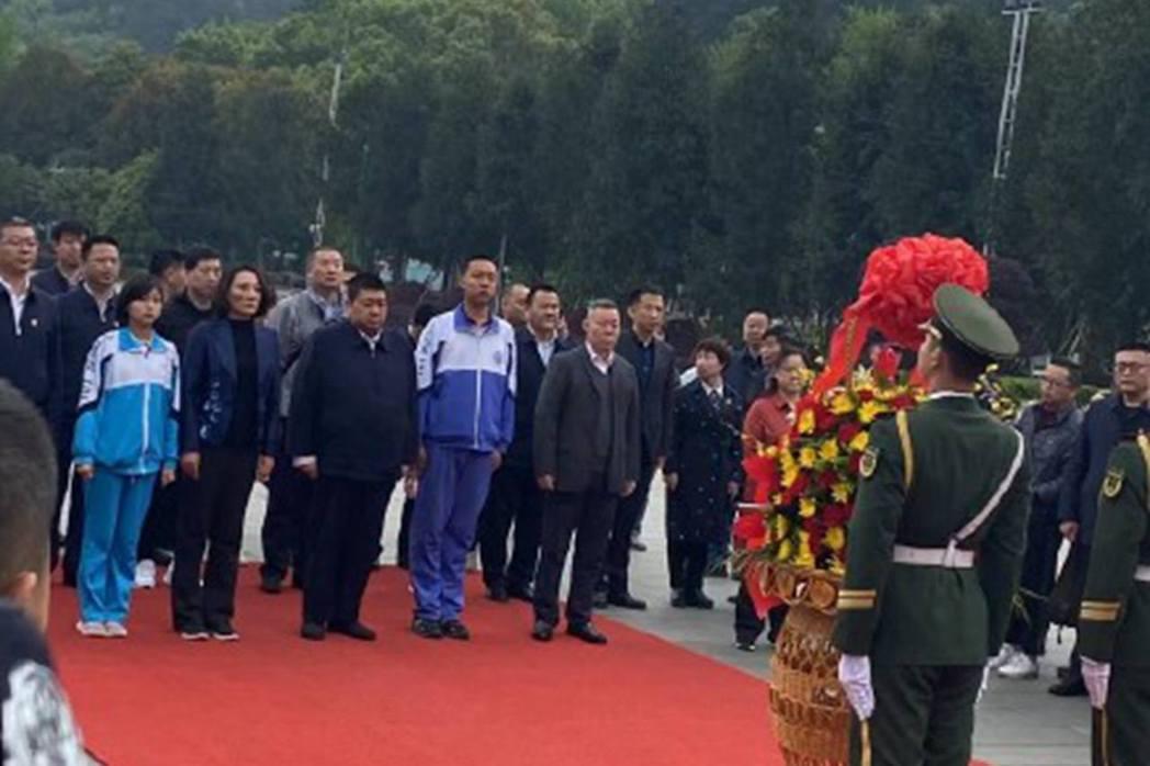 毛新宇一家赴湖南向毛澤東銅像獻花籃。(微信@韶山網)