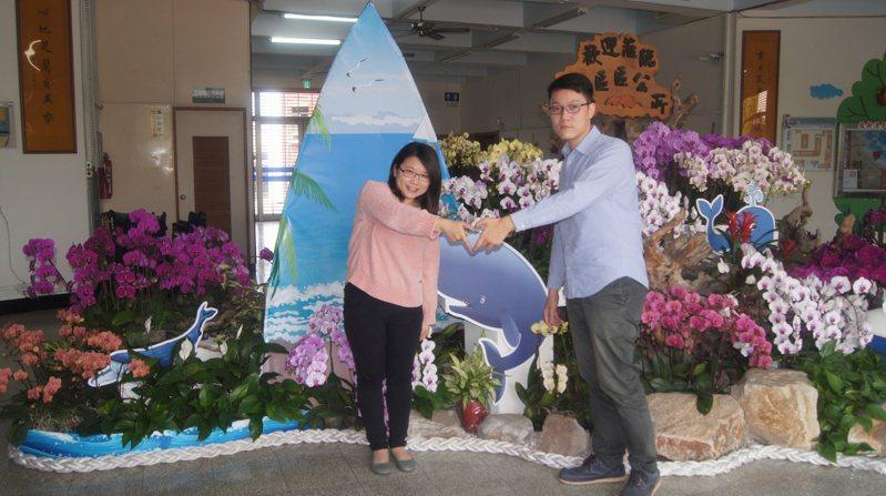 台南市微型蘭展遍地開花,南區公所景點是「鯤鯓遨遊」,來登記結婚的新人也合影留下美麗記憶。圖/南區公所提供