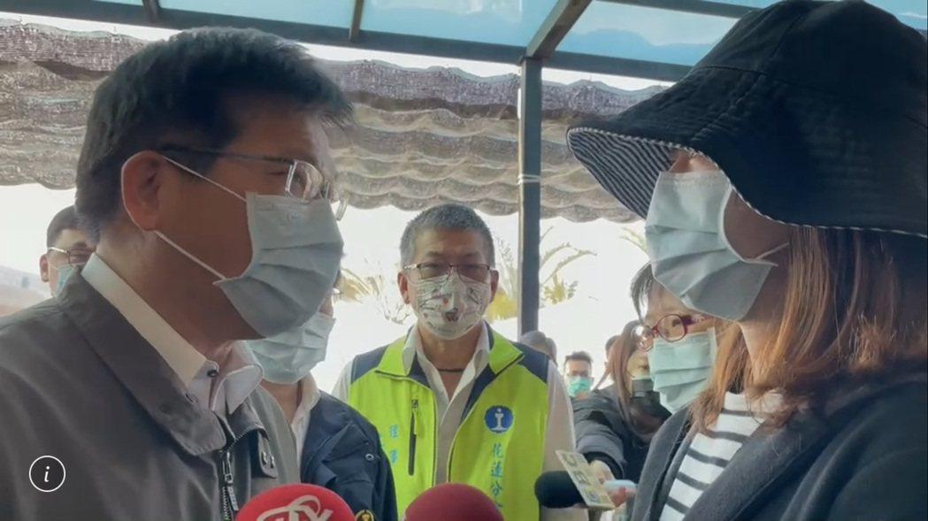 交通部長林佳龍今早抵達太魯閣號司機員袁淳修靈前,向家屬致意。記者王燕華/翻攝