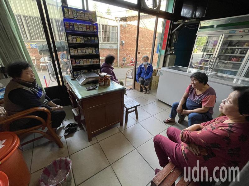 經營雜貨店50年的婦人洪貴和左右鄰居話家常,談起限水滿是無奈。記者張裕珍/攝影