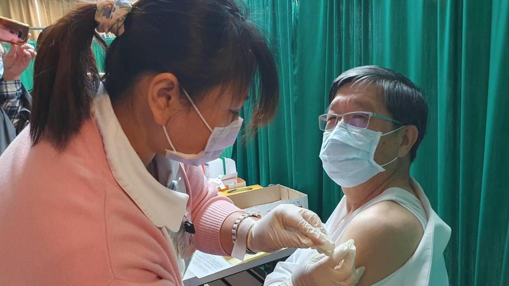 桃園市衛生局長王文彥施打新冠肺炎疫苗。報系資料照