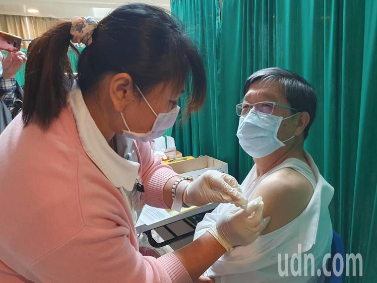 中央流行疫情指揮中心公布新冠肺炎疫苗今天起擴大施打對象,開放所有具執業登記醫事人...