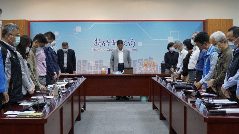 新竹縣政府6日上午舉行縣府主管會報前,為台鐵太魯閣號罹難者默哀1分鐘。圖/縣府提供