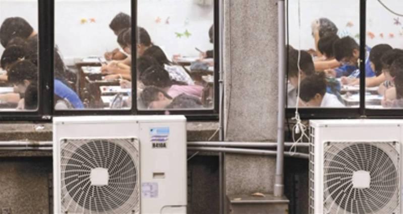 宜蘭縣政府目前執行班班有冷氣計畫進度超前,可望在今年底以前完成各校教室的冷氣安裝。本報資料照