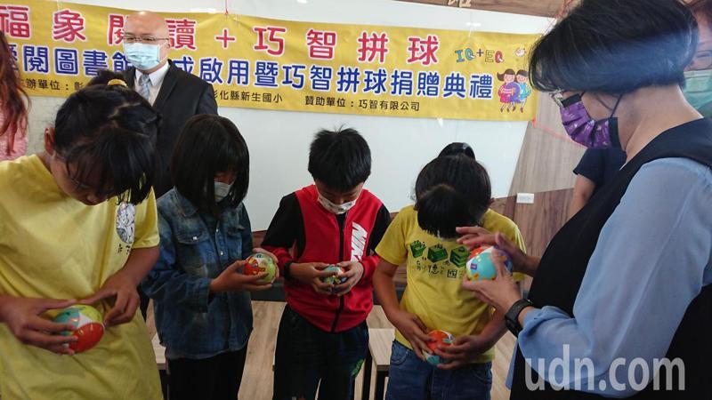 縣長王惠美(右)和小朋友PK巧智球,戰鬥意志高昂。記者簡慧珍/攝影