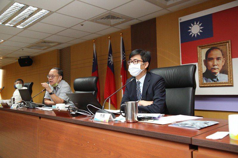 高雄市長陳其邁(右一)今上午主持市政會議。圖/高市府提供