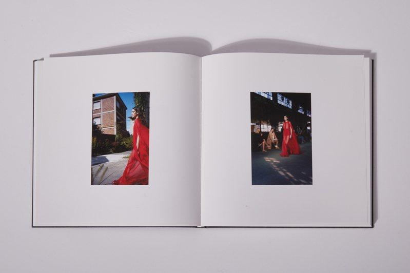 《Collezione Milano》以更詩意的方式紀錄了Valentino Collezione Milano 2021春夏系列時裝大秀。圖/Valentino提供