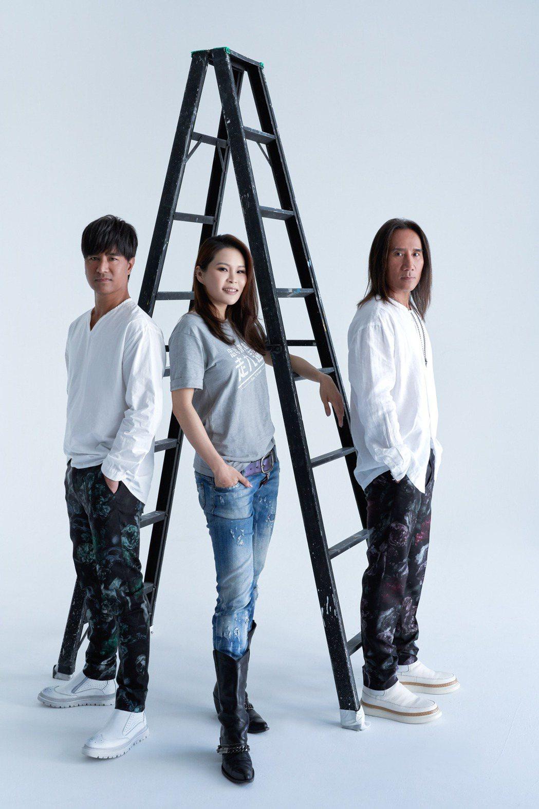 動力火車邀請師妹周蕙擔任專輯視覺的「手模」。圖/華研國際提供