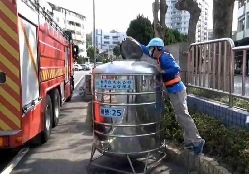 彰化市限水,消防局也出動水車協助送水。記者林敬家/攝影