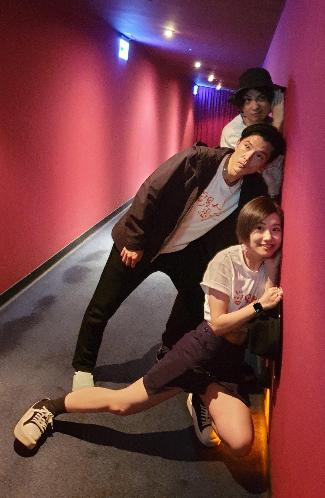 前起Lulu、邱澤、導演殷振豪等待映後突襲影迷。圖/金盞花大影業提供