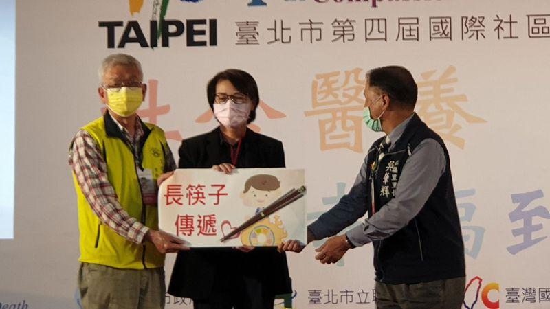 對於台北市副市長黃珊珊(中)與副市長蔡炳坤又傳嫌隙,黃珊珊說,沒有的事情。記者胡瑞玲/攝影