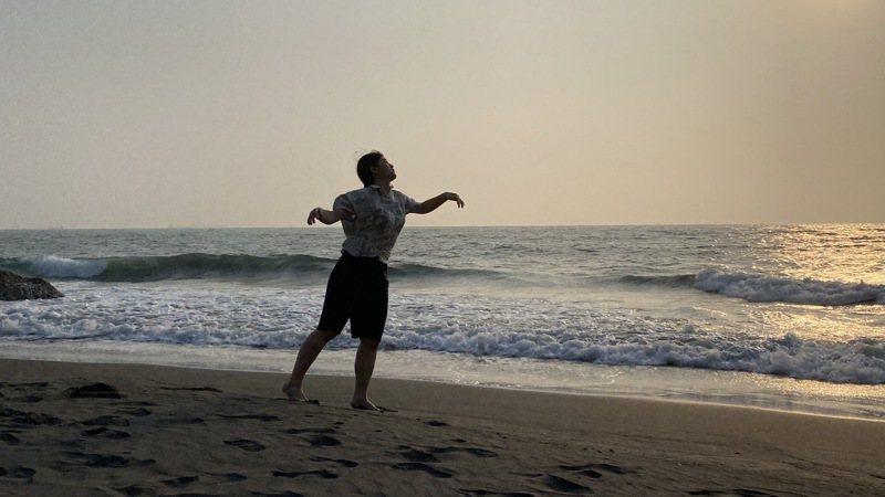 中山大學學生透過在地藝術家引導,在柴山海岸邊,聽海、踩沙、踏浪,打開全身感官細胞後,與海共舞。圖/中山大學提供