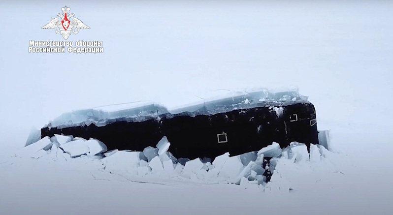 俄羅斯國防部3月26日釋出參加「白熊-2021」遠征行動的核子動力潛艦破冰上浮影像。美聯社