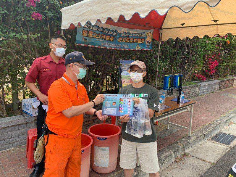 清明連假,台南市消防人員免費提供水袋給民眾澆息燃燒金紙,公墓火災大幅下降。圖/台南市消防局提供