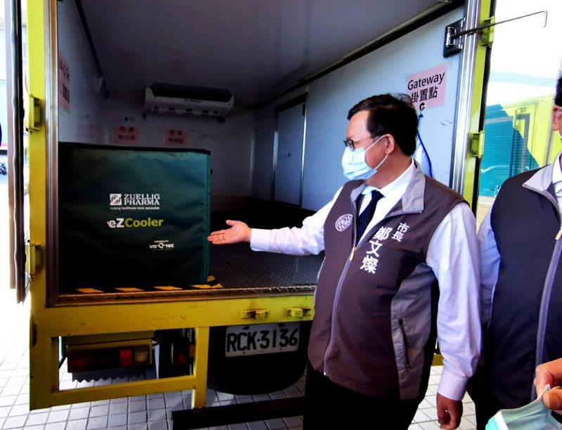 桃園市鄭文燦(中)參訪裕利醫藥物流公司了解疫苗冷鏈儲存和車輛配送作業。記者曾增勳/攝影