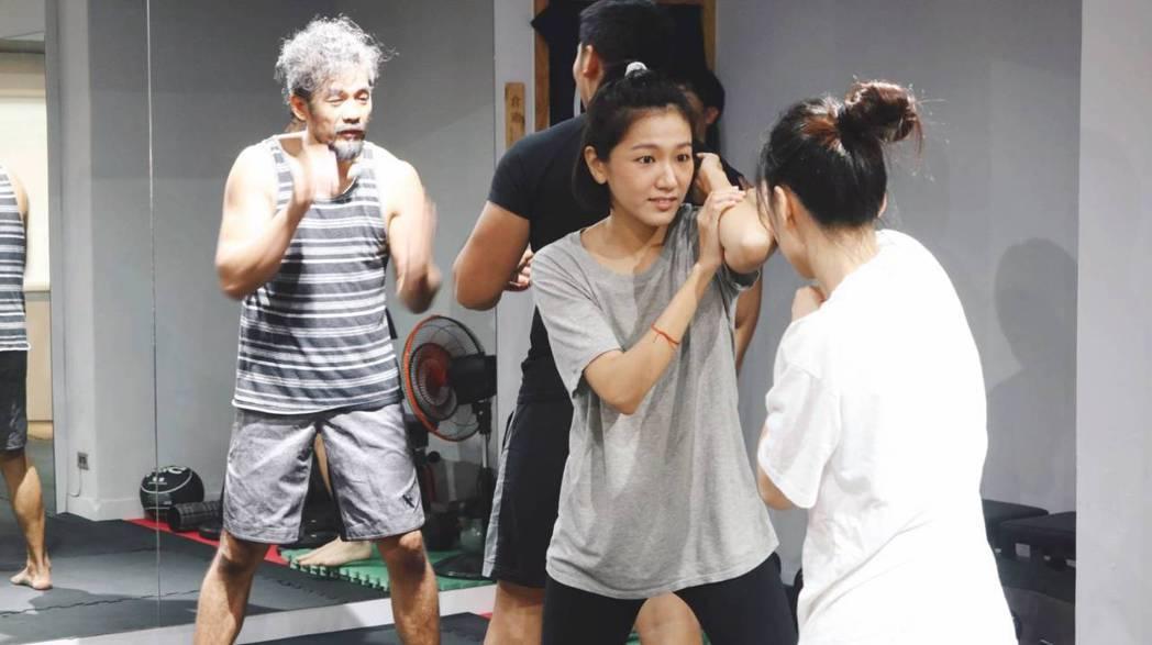 林意箴回「植劇場2」訓練,專心練習防身術。圖/拙八郎提供