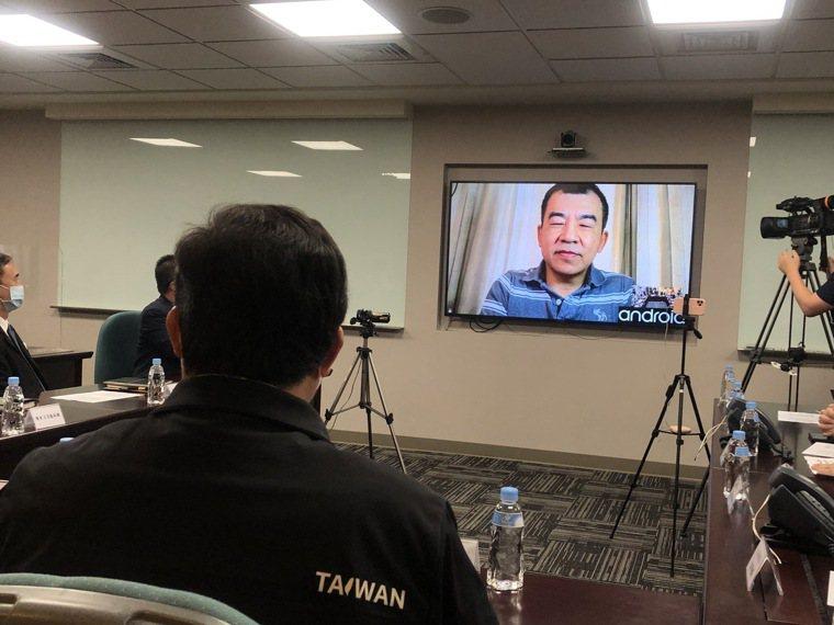桃園市長鄭文燦(左)今赴長榮航空視察防疫,與長榮777機長劉應隆(右)透過視訊對...