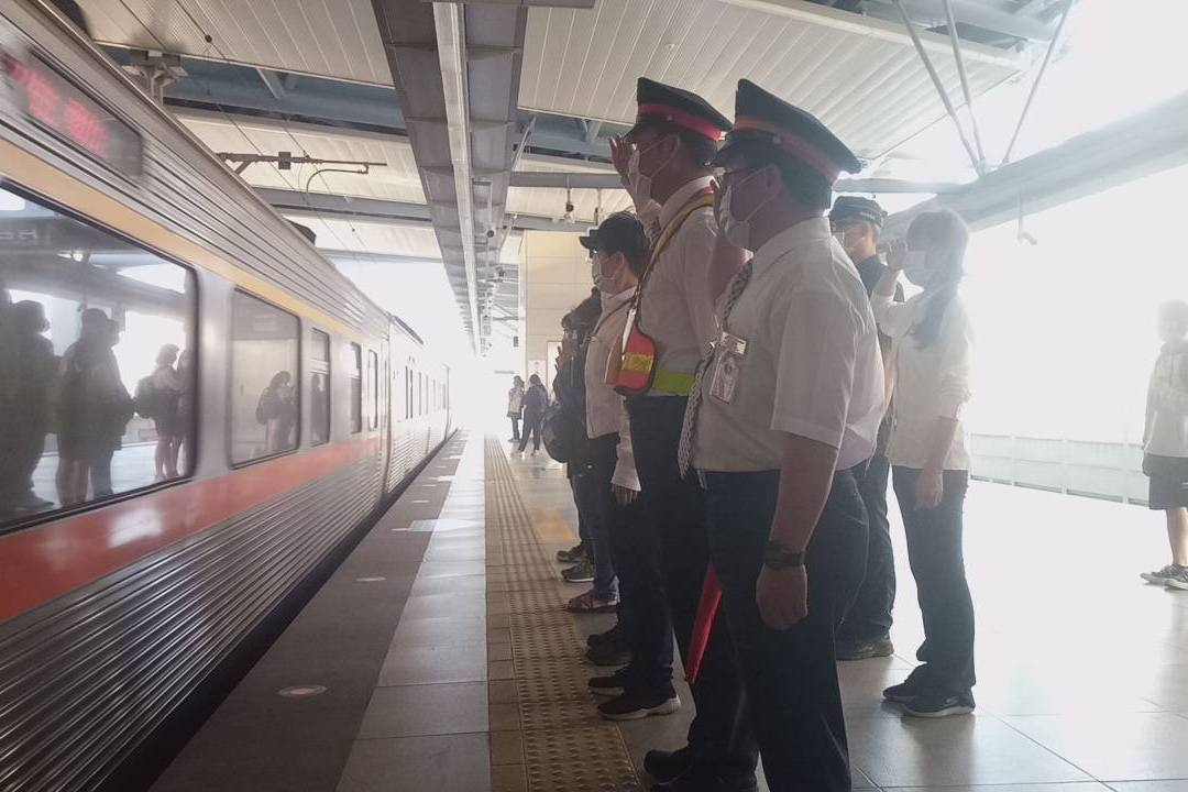 9點28分全台火車鳴笛5秒悼念 全體司機員別黃絲帶
