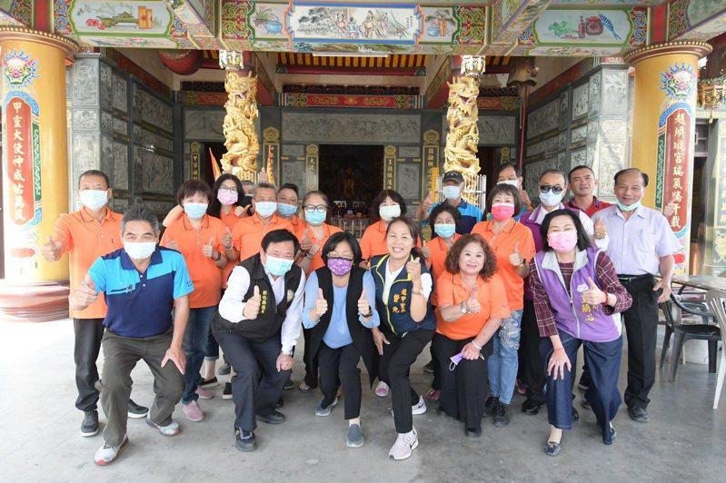 彰化縣長王惠美、社會處長王蘭心昨天到二林鎮探視社區關懷據點。記者簡慧珍/攝影